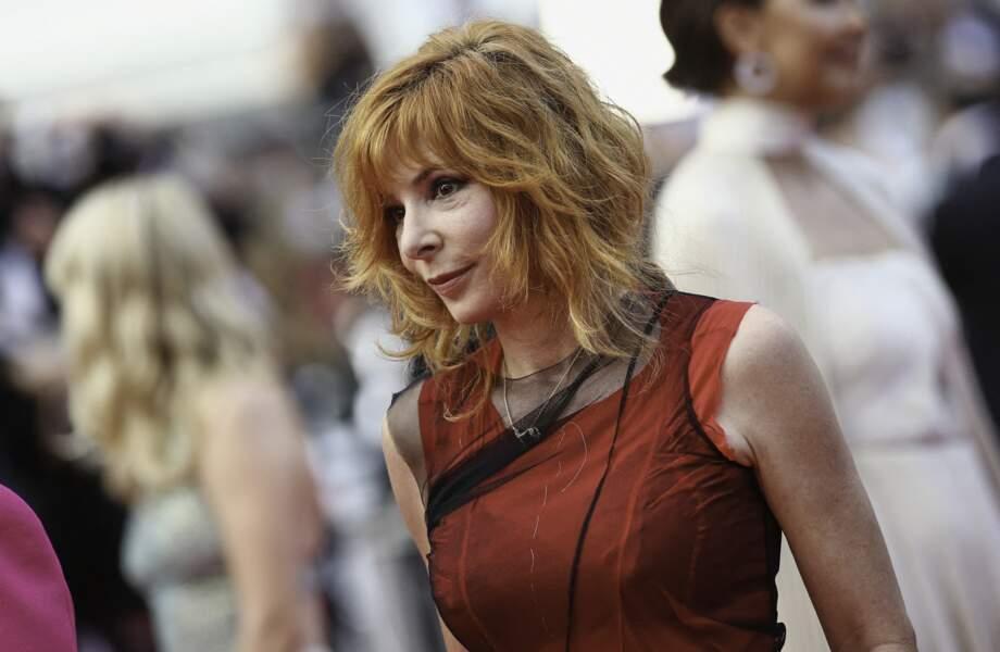 Lors de la cérémonie d'ouverture du 74ème Festival International du Film de Cannes, le 6 juillet 2021, Mylène Farmer a porté une robe créée par John Galliano pour Maison Margiela