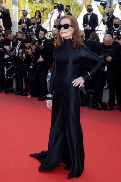 """Isabelle Huppert était tout de noir vêtue pour la montée des marches du film """"Tout s'est bien passé"""" lors du 74ème Festival International du Film de Cannes, le 7 juillet 2021"""