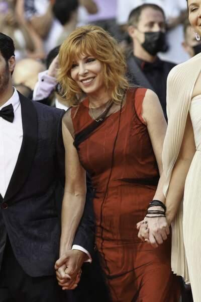 Pour la cérémonie d'ouverture du 74ème Festival International du Film de Cannes, le 6 juillet 2021, Mylène Farmer a fait honneur à sa couleur favorite avec une robe signée Maison Margiela