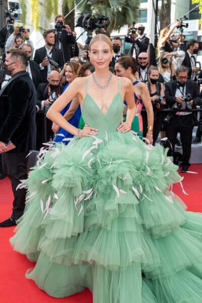 """Leonie Hanne dans une robe en tulle à volants verts pour la montée des marches du film """"Tout s'est bien passé"""" lors du 74ème Festival International du Film de Cannes, le 7 juillet 2021"""
