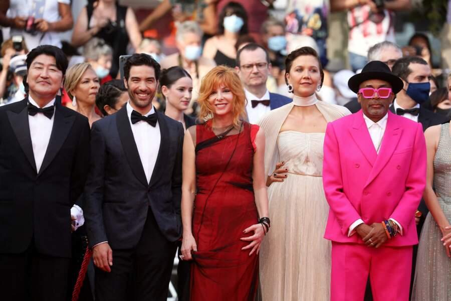"""Mylène Farmer, Maggie Gyllenhaal, Spike Lee réunis pour la montée des marches du film """"Annette"""" lors de la cérémonie d'ouverture du 74ème Festival International du Film de Cannes, le 6 juillet 2021"""