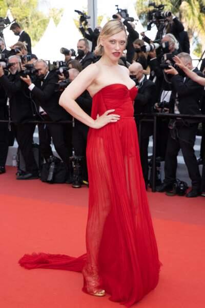 """Lea Mornar élégante dans une robe bustier rouge pour la montée des marches du film """"Tout s'est bien passé"""" lors du 74ème Festival International du Film de Cannes, le 7 juillet 2021"""