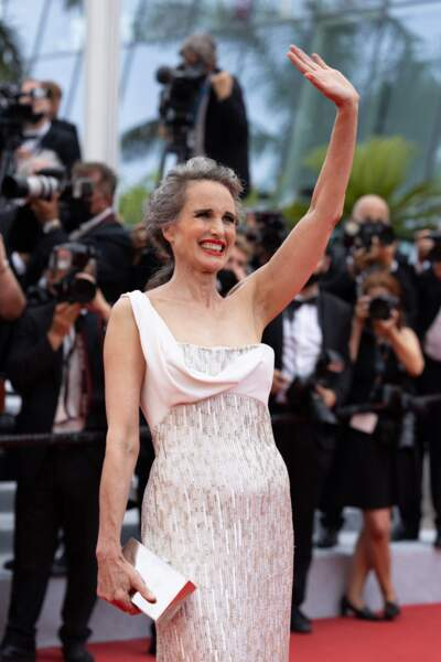 """Andie MacDowell a pris la pose face aux photographes, lors de la montée des marches du film """"Tout s'est bien passé"""" lors du 74ème Festival International du Film de Cannes, le 7 juillet 2021"""