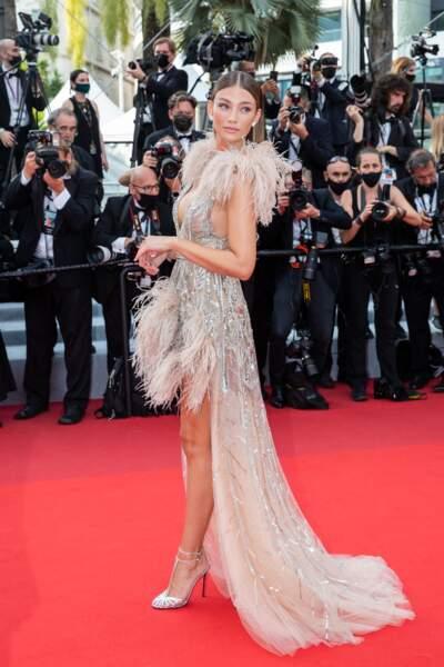 """Lorena Rae a porté une robe plumeau signée Elia Saab pour la montée des marches du film """"Tout s'est bien passé"""" lors du 74ème Festival International du Film de Cannes, le 7 juillet 2021"""