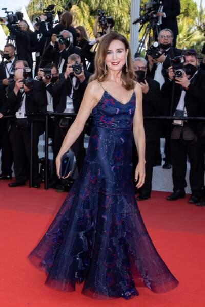 """Elsa Zylberstein a misé sur une robe longue et évasée de chez Armani Privé pour la montée des marches du film """"Tout s'est bien passé"""" lors du 74ème Festival International du Film de Cannes, le 7 juillet 2021"""