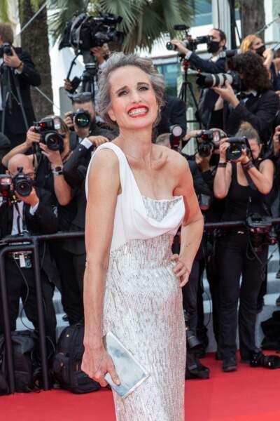 """Andie MacDowell a assumé ses cheveux gris sur le tapis rouge pour la montée des marches du film """"Tout s'est bien passé"""" lors du 74ème Festival International du Film de Cannes, le 7 juillet 2021"""