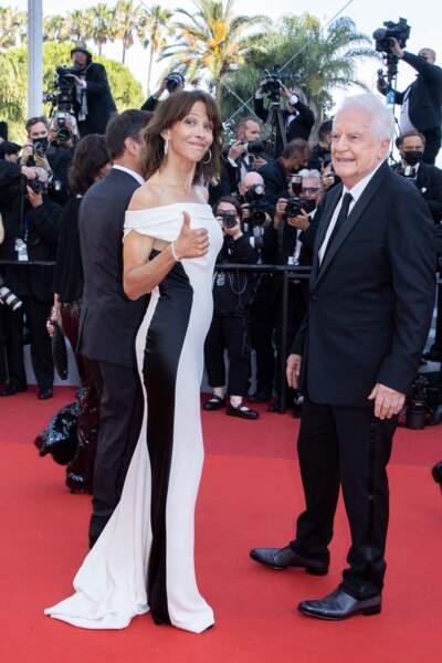 """Au côté d'André Dussollier, Sophie Marceau a fait sensation sur le tapis rouge pour la montée des marches du film """"Tout s'est bien passé"""" lors du 74ème Festival International du Film de Cannes, le 7 juillet 2021"""