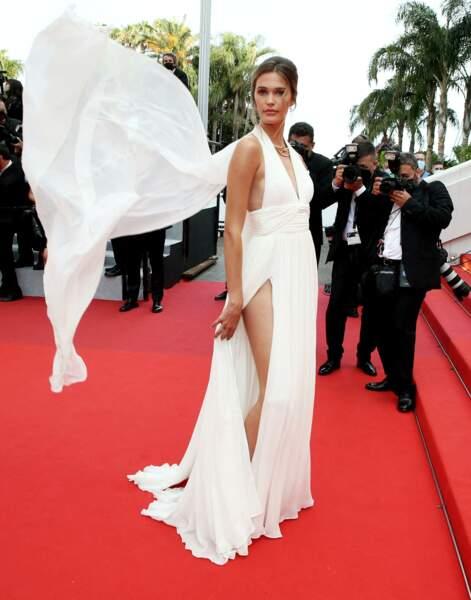 """La robe de Noel Capri a fait des siennes durant la montée des marches du film """"Tout s'est bien passé"""" lors du 74ème Festival International du Film de Cannes, le 7 juillet 2021"""
