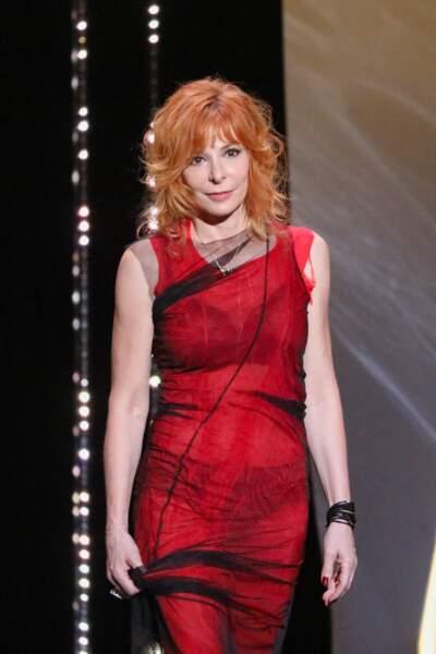 Lors de la cérémonie d'ouverture du 74ème Festival International du Film de Cannes, le 6 juillet 2021, Mylène Farmer a misé sur une robe rouge, recouverte d'un tulle noir transparent