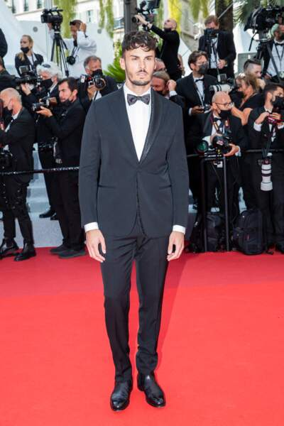 """Baptiste Giabiconi a arboré un costume noir Dior pour la montée des marches du film """"Tout s'est bien passé"""" lors du 74ème Festival International du Film de Cannes, le 7 juillet 2021"""