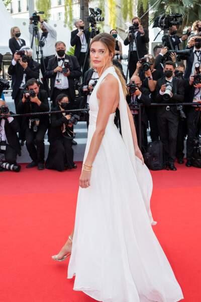 """Noel Capri a elle aussi opté pour un look très chic pour la montée des marches du film """"Tout s'est bien passé"""" lors du 74ème Festival International du Film de Cannes, le 7 juillet 2021"""