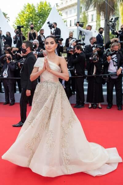 """Diipa Khosla scintillante lors de la montée des marches du film """"Tout s'est bien passé"""" lors du 74ème Festival International du Film de Cannes, le 7 juillet 2021"""