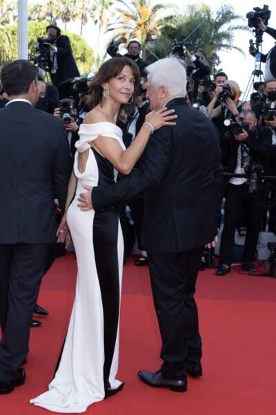 """Sophie Marceau a misé sur une tenue glamour avec une robe Valentino Couture lui donnant une allure sculpturale pour la montée des marches du film """"Tout s'est bien passé"""" lors du 74ème Festival International du Film de Cannes, le 7 juillet 2021"""