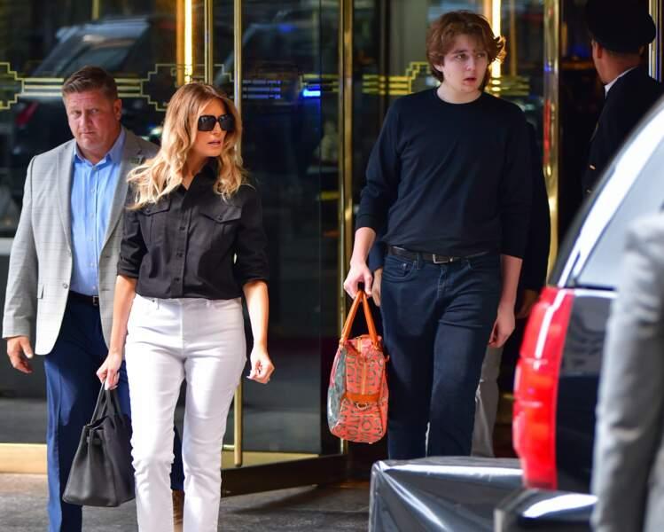 Melania Trump apparaît en premier plan dans les rues de New York, suivie par son fils Barron, âgé de 15 ans, qui a bien grandi.