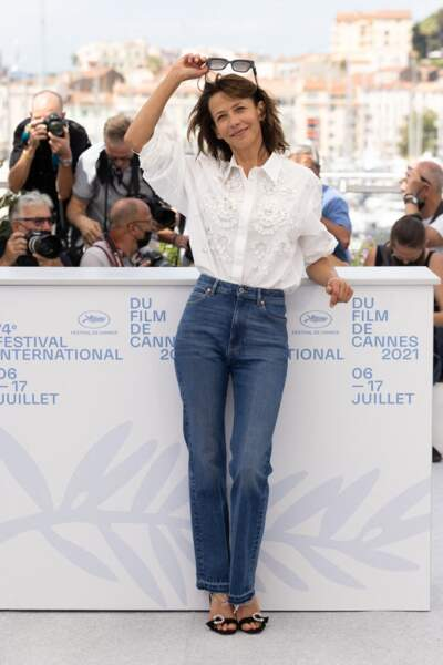 """Sophie Marceau a joué les stars au photocall du film """"Tout s'est bien passé"""" lors du 74ème festival international du film de Cannes le 8 juillet 2021"""