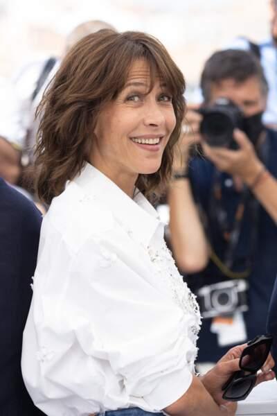"""Très détendue, Sophie Marceau a fait quelques mimiques au moment de poser lors du photocall du film """"Tout s'est bien passé"""" lors du 74ème festival international du film de Cannes, le 8 juillet 2021"""