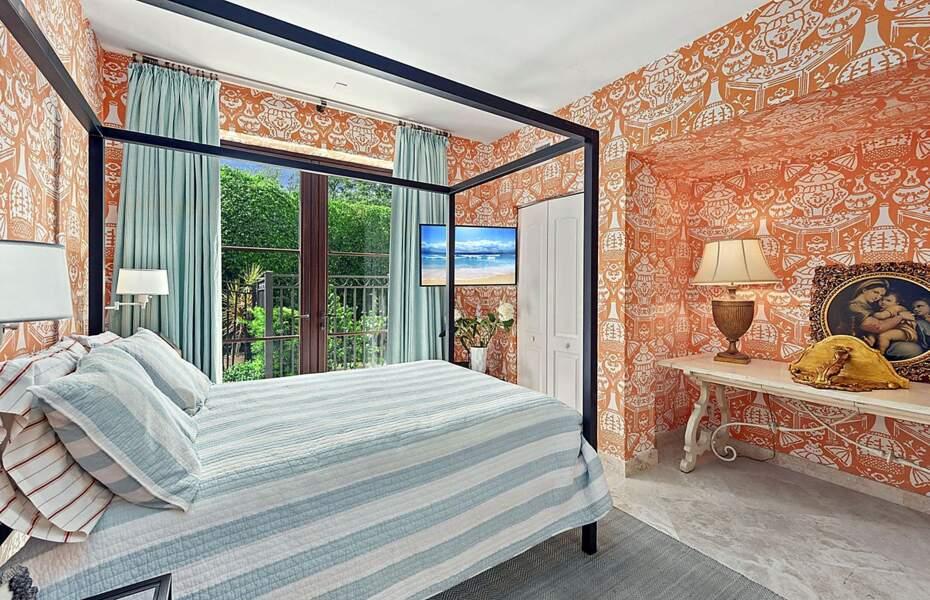 Autre chambre, autre ambiance avec ce papier peint à l'esprit byzantin. Idéale pour accueillir des invités.