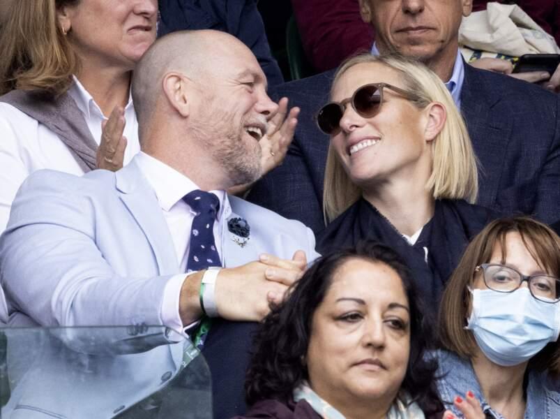 Regards tendres et sourires en coin, Zara Phillips et Mike Tindall semblent plus amoureux que jamais à Wimbledon, le 7 juillet 2021