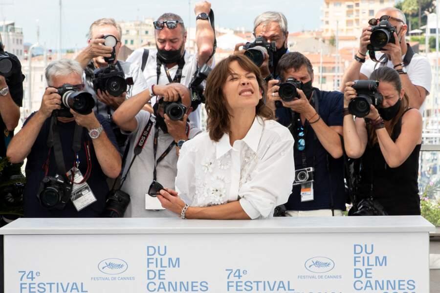 """Sophie Marceau est apparue très détendue lors du photocall du film """"Tout s'est bien passé"""" lors du 74ème festival international du film de Cannes, le 8 juillet 2021"""