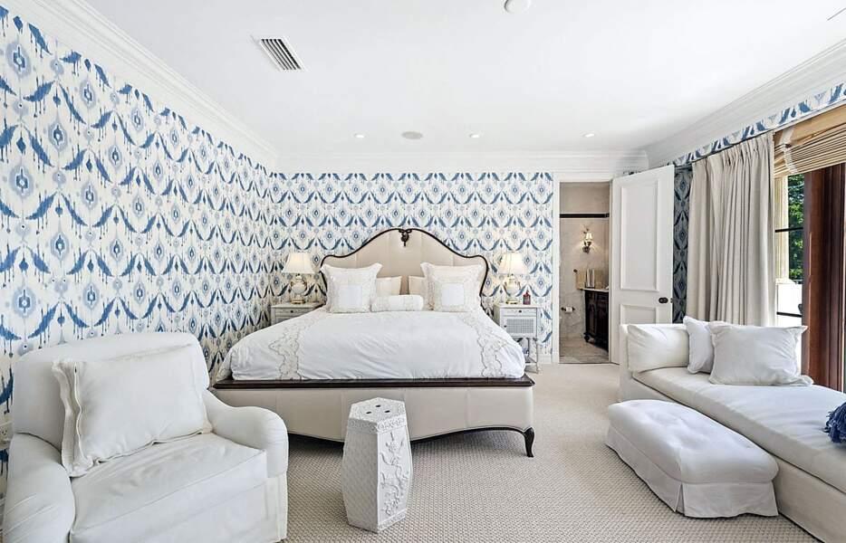 Le superbe manoir de 790 mètres carrés est doté de six chambres à coucher dont celle-ci dans un style bohème-chic