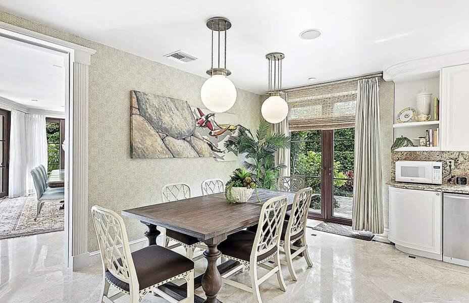 Une deuxième petite cuisine, meublée d'une table à manger, est également présente dans ce manoir