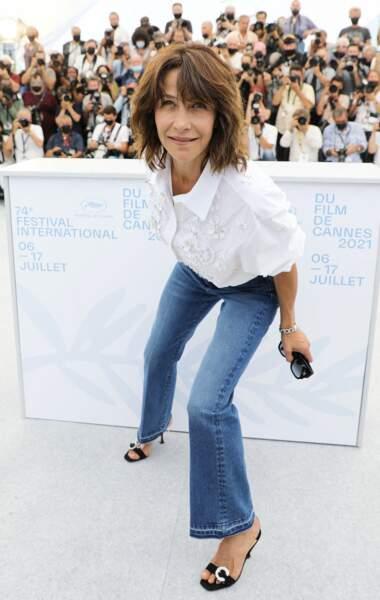 """Entre grimaces et autres mimiques, Sophie Marceau a joué avec les photographes au photocall du film """"Tout s'est bien passé"""" lors du 74ème festival international du film de Cannes, le 8 juillet 2021"""