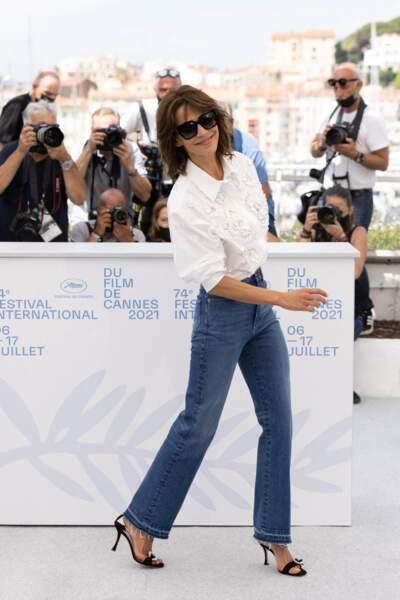 """Alors que tous les regards étaient braqués sur elle, Sophie Marceau a pris plaisir à défiler au moment du photocall du film """"Tout s'est bien passé"""" lors du 74ème festival international du film de Cannes, le 8 juillet 2021"""
