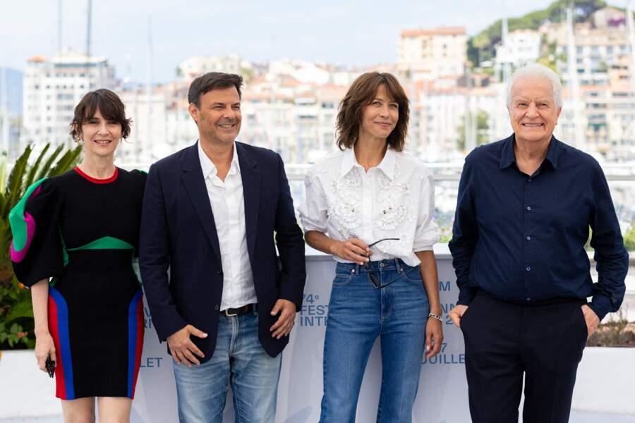 """Sophie Marceau a porté une chemise blanche et un jean brut pour assister au photocall du film """"Tout s'est bien passé"""" lors du 74ème festival international du film de Cannes, le 8 juillet 2021"""