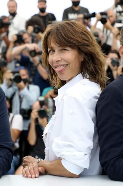 """Sophie Marceau a retrouvé son âme enfantine au photocall du film """"Tout s'est bien passé"""" lors du 74ème festival international du film de Cannes, le 8 juillet 2021"""