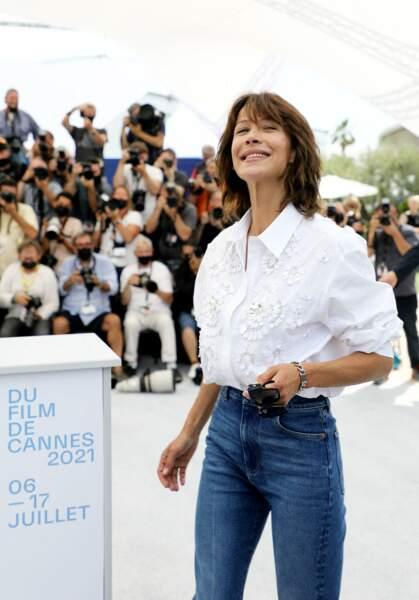 Sophie Marceau s'est prêtée, non sans enthousiasme, au jeu du photocall lors du 74ème festival international du film de Cannes, le 8 juillet 2021