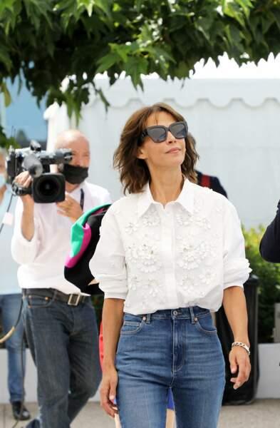 """Sophie Marceau a opté pour un look décontracté en chemise loose et jean brut au photocall du film """"Tout s'est bien passé"""" lors du 74ème festival international du film de Cannes, le 8 juillet 2021"""