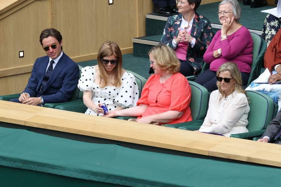 La princesse Beatrice et son mari ont échangé quelques mots avec Sophie de Wessex dans les gradins de Wimbledon, le 8 juillet 2021