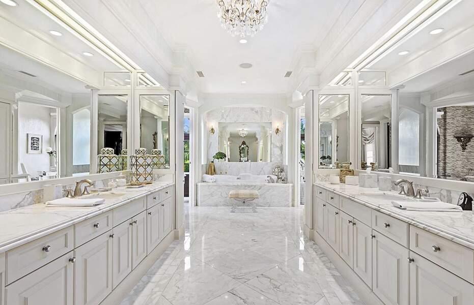 Le manoir de Miami, acquis ce jeudi 8 juillet, propose une immense salle de bain entièrement décorée d'un marbre blanc éclatant