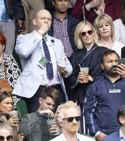 Une pause gourmande s'impose pour Mike Tindall et Zara Phillips dans les tribune de Wimbledon, le 7 juillet 2021.