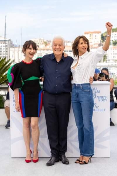 """Sophie Marceau a posé aux côtés d'André Dussollier et Géraldine Pailhas au photocall du film """"Tout s'est bien passé"""" lors du 74ème festival international du film de Cannes, le 8 juillet 2021"""