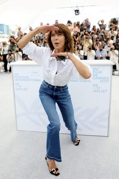 """Sophie Marceau s'est amusée avec les photographes au photocall du film """"Tout s'est bien passé"""" lors du 74ème festival international du film de Cannes, le 8 juillet 2021"""