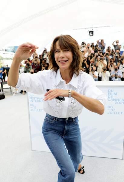 """Sophie Marceau s'est lâchée au photocall du film """"Tout s'est bien passé"""" lors du 74ème festival international du film de Cannes, le 8 juillet 2021"""