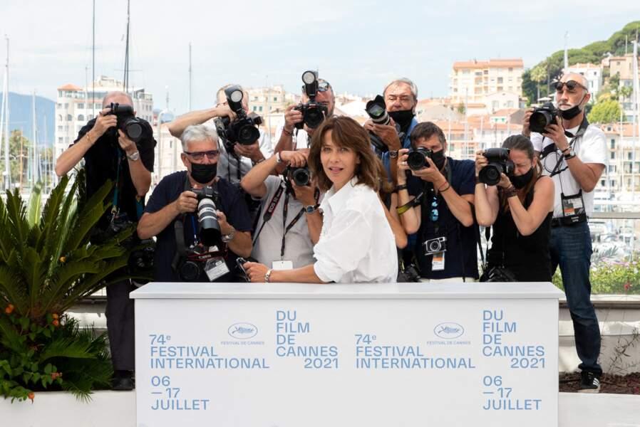 """Sophie Marceau s'est rapidement pris au jeu des photographes présents lors du photocall du film """"Tout s'est bien passé"""" lors du 74ème festival international du film de Cannes, le 8 juillet 2021"""