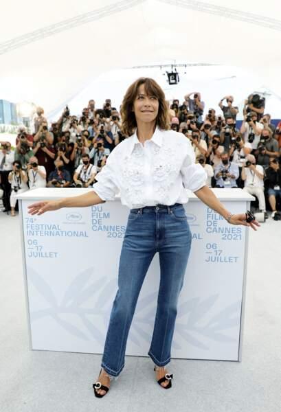 """Une fois de plus, Sophie Marceau a représenté le charme et l'élégance à la française au photocall du film """"Tout s'est bien passé"""" lors du 74ème festival international du film de Cannes, le 8 juillet 2021"""