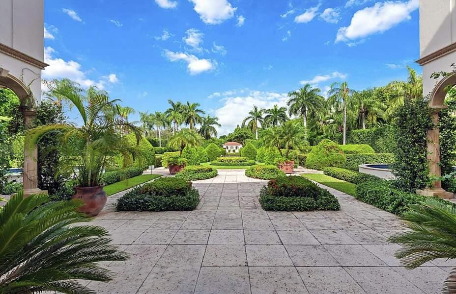 Avec leurs enfants, Ivanka Trump et Jared Kushner vont apprécier la piscine entourée d'un jardin luxuriant