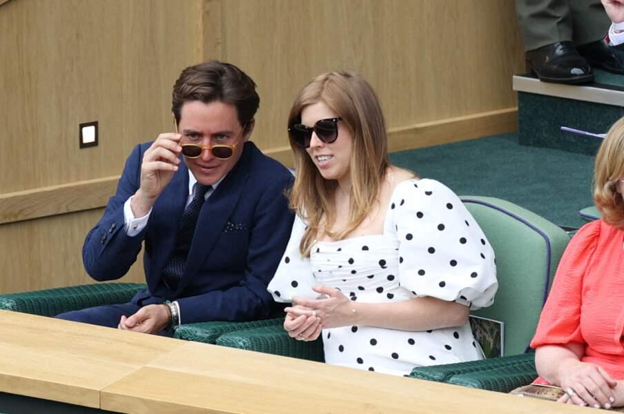 La princesse Beatrice et Edoardo Mapelli Mozzi en pleine discussion à Wimbledon, le 8 juillet 2021