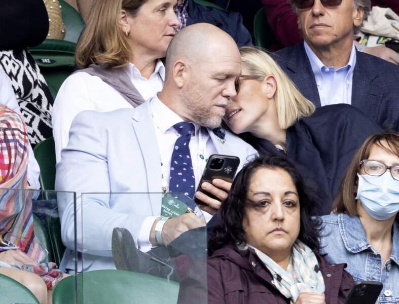 Dans les tribunes, Zara Philipps et Mike Tindall se sont montrés très complices, lors du tournoi de Wimbledon, le 7 juillet 2021