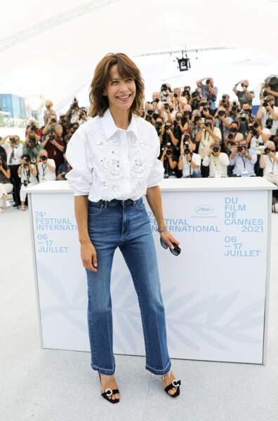 """Sophie Marceau a adopté un air naturel et décontracté au photocall du film """"Tout s'est bien passé"""" lors du 74ème festival international du film de Cannes, le 8 juillet 2021"""