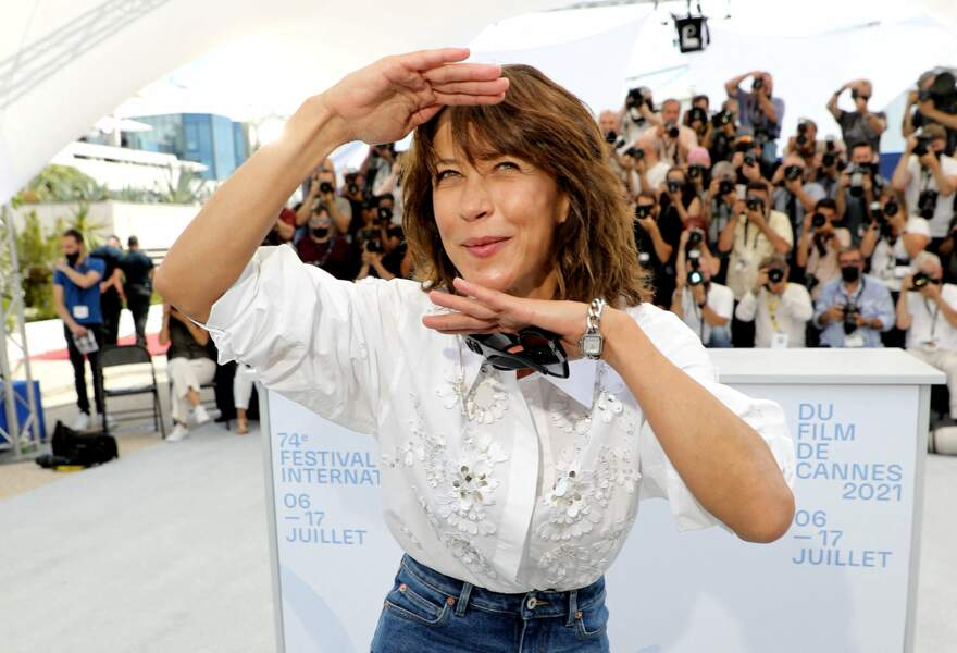 """Sophie Marceau était très en forme pour son retour sur la Croisette, au photocall du film """"Tout s'est bien passé"""" lors du 74ème festival international du film de Cannes, le 8 juillet 2021"""