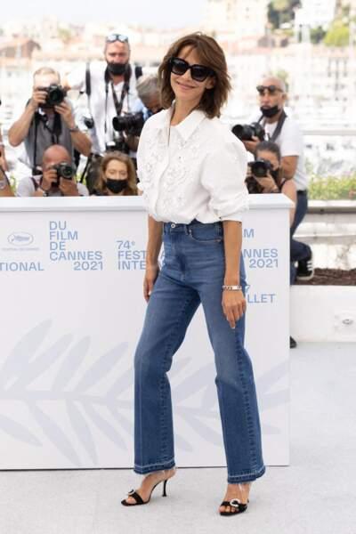 """Sophie Marceau n'a pas hésité à faire le show au photocall du film """"Tout s'est bien passé"""" lors du 74ème festival international du film de Cannes, le 8 juillet 2021"""