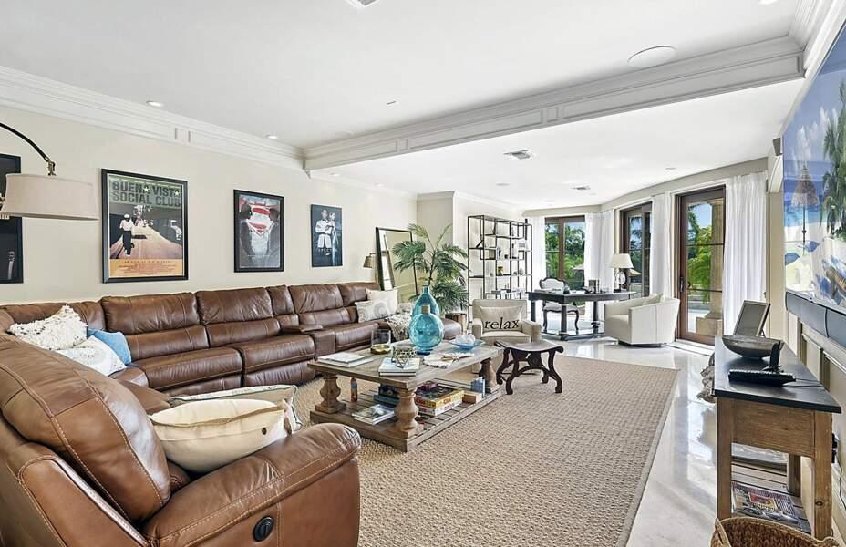Pour se détendre, d'imposants canapés en cuir à l'esprit chesterfield meublent le premier coin bureau
