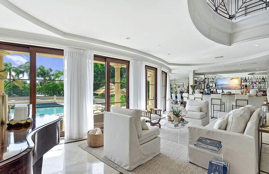Le salon donne une vue imprenable sur le jardin et sur l'immense piscine des Trump-Kushner