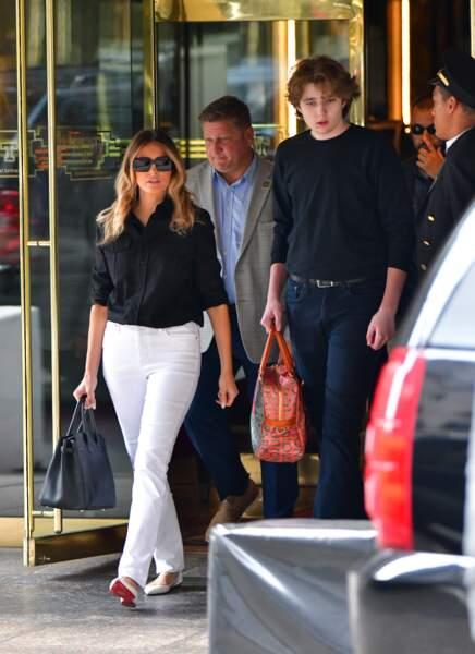 Toujours très proche de sa maman Melania Trump, Barron Trump qui dépasse désormais largement l'ancien mannequin l'aidait à porter son sac dans les rues de New York.