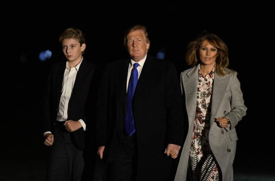 Le président Donald Trump et la première dame Melania Trump avec leur fils Barron Trump arrivent à la Maison Blanche à Washington, DC après avoir passé le week-end à Mar-a-Lago en Floride, le 18 février 2019.