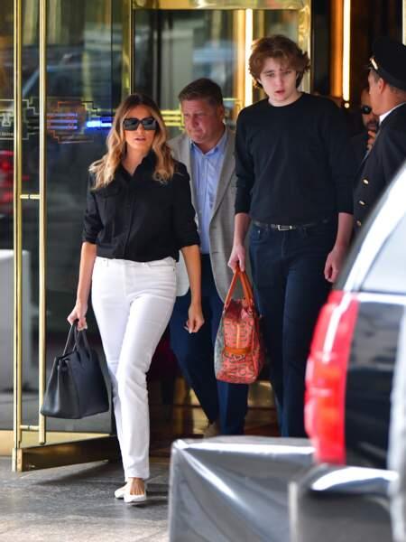 Selon Donald Trump, son fils Barron, mesurerait 2m01. Un changement physique qui n'a pas manqué d'être remarqué alors qu'il sortait de la Trump Tower avec sa mère Melania Trump le 7 juillet.